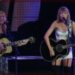 "Taylor Swift and ""Phoebe Buffay"" Sing Smelly Cat From FRIENDS Live @ Staples Center"